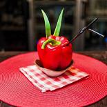 """Ресторан Bottle Bar - фотография 6 - Коктейль """"1 июля"""" (390 руб.) джин, пюре клубники, сок лимона, сахарный сироп, болгарский перец, лук порей, клубника"""