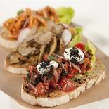 Ресторан Джанни - фотография 2 -  Домашние брускетты  (томаты и анчоусы / артишоки и трюфель / кальмар и боттарга),