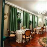 """Ресторан Гармошка - фотография 4 - Зеленые тона в оформлении зала - дань истории. Раньше улица, на которую выходят панорамные окна, носила название """"Большая садовая""""."""