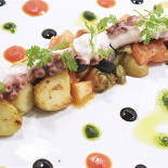 Ресторан Парус - фотография 1 - Осьминог на гриле с бэби картофелем и каперсами