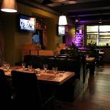 Ресторан Биффиш - фотография 3 - Основной зал. Вид на открытую кухню.
