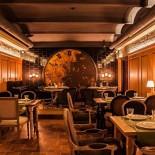 Ресторан Гоголь - фотография 2 - Интерьер одного из залов украшают огромные дизайнерские часы ручной работы, которые переносят в другую эпоху