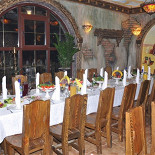 Ресторан Сказка Востока - фотография 2 - Главный зал, большой стол.