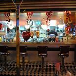Ресторан Beverly Hills Diner - фотография 3 - В день святого Валентина красиво был украшен ресторан - везде шарики-сердечки!