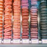 Ресторан Mon bon - фотография 4 - В ассортименте корнера вся обновленная линейка вкусов пирожных макарон, а также новая продукция - маршмеллоу, мармелад и мягкая карамель в банках. Скоро на полках появятся и долгожданные исфаханы, по которым уже многие успели соскучиться.