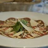 Ресторан Fleur café - фотография 3 - Карпаччо из говядины с салатом рукола, сыром пармезан и кедровыми орешками