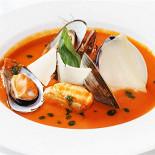 Ресторан Граци - фотография 5 - Суп «Буйабеc» с морской рыбой с шафраном, анисом и чесночными гренками с соусом Айоли