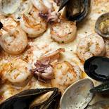 Ресторан Sorbetto - фотография 1 - Пицца с морепродуктами / Ai frutti di mare /margherita frutti di mare vapore. (соус томатный, сыр моцарелла, мидии, кальмары, вонголи, креветки) 1190 руб.