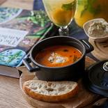 Ресторан Tatin - фотография 3 - Густой томатный суп с мягкой моцареллой и хрустящим хлебцем