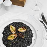 Ресторан Гастроном - фотография 3 - Ризотто с чернилами каракатицы, артишоком и осьминогом