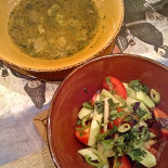 Ресторан Хорошо сидим - фотография 6 - Острый салат и грибной суп (300+ рублей за суп, надеюсь, это были органические трюфели).