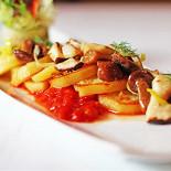 Ресторан Граци - фотография 3 - Печеный картофель на томатной сальсе с жаренными грибами и листьями салата