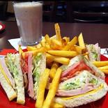 Ресторан T.G.I. Friday's - фотография 1 - Club sandwich