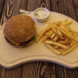Ресторан Стейкофф-хаус - фотография 4 - Бургер. Подается с толстым картофелем фри и соусом блю-чиз.