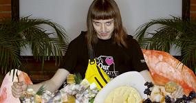 Томми Кэш в гостях у «Афиши Daily» пробует московские оливье