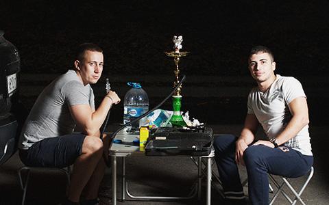 «Офигенный вид, молодежь, тачки хорошие» — зачем люди курят кальян на набережной