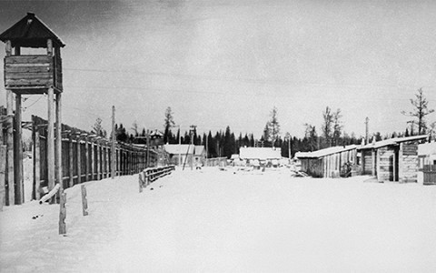 «Смерть в лагере была страшна безымянностью»: отрывок из «ГУЛАГа» Энн Эпплбаум