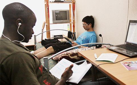 «В комнату не селят людей из одной страны»: иностранные студенты о своих общагах