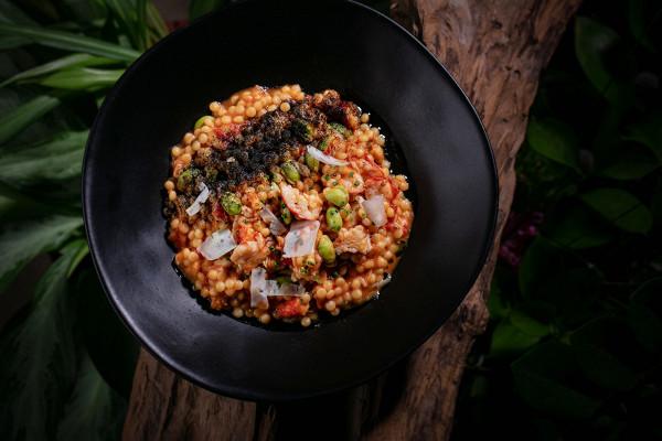 птитим с гребешком, крабом, соусом биск, вялеными томатами и пудрой из чернил каракатицы (850 р.)