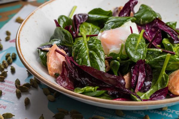 салат с лососем, яйцом пашот, шпинатом и свеклой мангольд (790 р.)