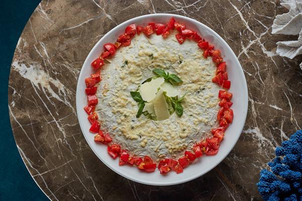 осьминог с листьями романо и соусом «цезарь» под пшеничной лепешкой с пармезаном (870 р.)