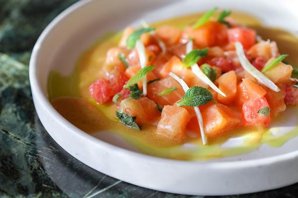 Buro TSUM: тартар из лосося с грейпфрутом и апельсиновым понзу (650 р.)