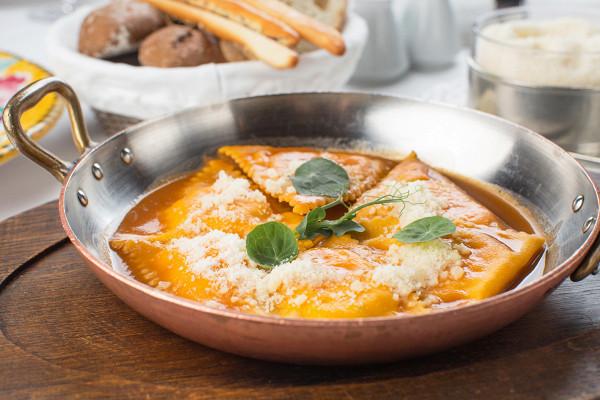 равиоли с розовыми креветками, рикоттой, апельсином и соусом биск (950 р.)
