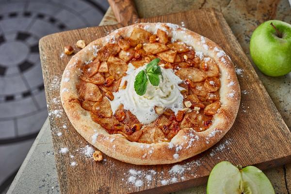 сладкая пицца-штрудель с яблоками, изюмом, корицей и взбитыми сливками (380 р.)