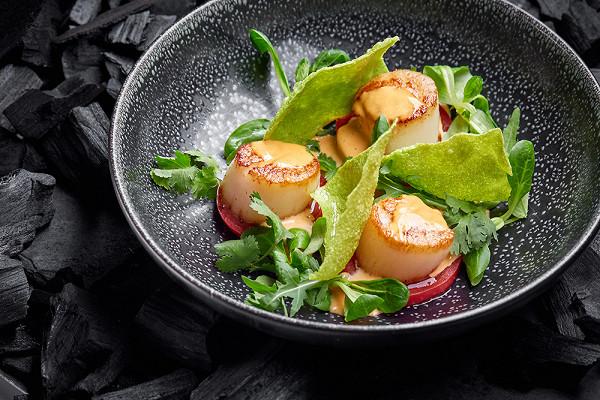 закуска из гребешков с томатами, имбирным соусом с кимчи и картофельными чипсами с зеленью (1670 р.)