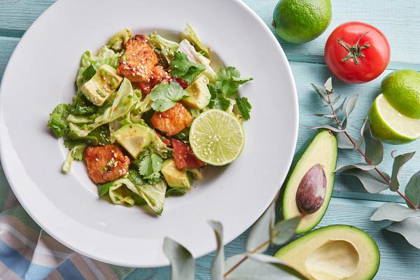 салат с индейкой, авокадо и лаймовым соусом (420 р.)