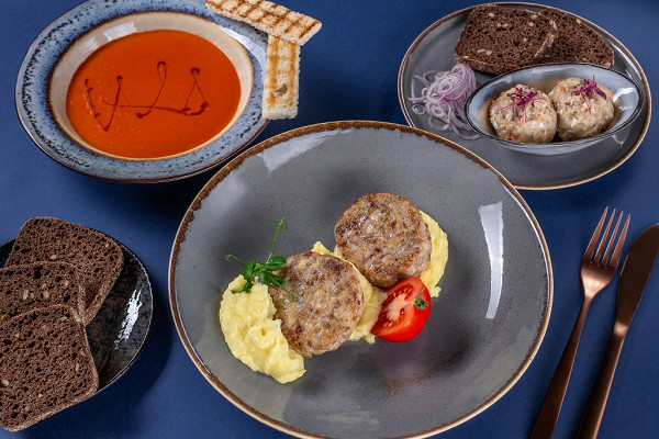 одесский форшмак, крем-суп из томатов и куриные котлеты с пюре,