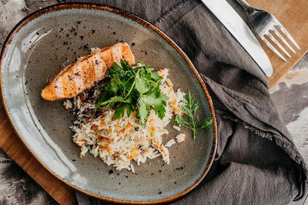 филе лосося на гриле с рисом (690 р.)