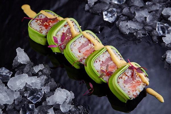 ролл «Mado киноа popy» с тунцом, желтохвостом, лососем и авокадо под острым и сладким из манго соусами (475 р.)