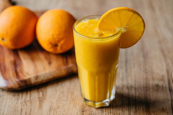 смузи из манго, банана и апельсина (390 р.)