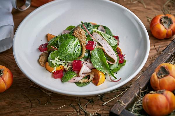 салат с копченой утиной грудкой, листьями мицуны и авторским соусом (590 р.)