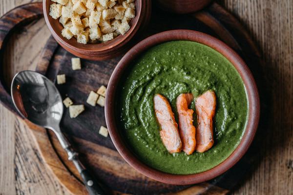зеленый крем-суп из шпината с лососем (430 р.)