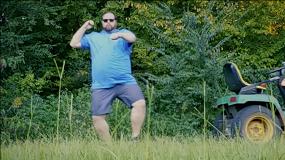 «I'm adad guy»: блогер снял пародию наБилли Айлиш стипичными клише оботцах