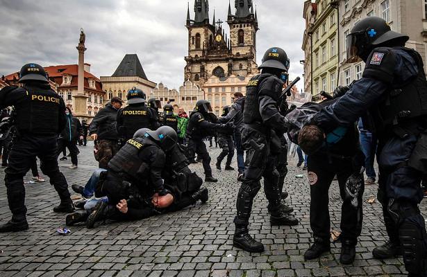 Пандемия достала: полиция ифанаты подрались намитинге