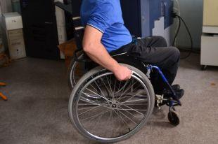 Почему инвалидам привозят разное количество подгузников?