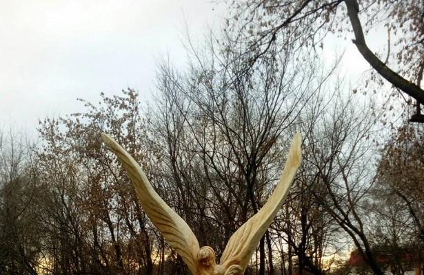 Деревянная фигура ангела смладенцем наруках появилась вСамаре