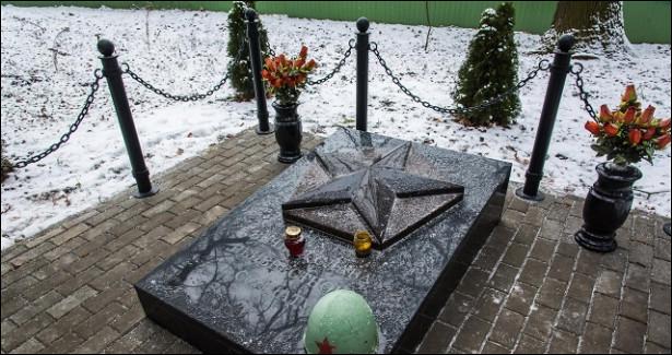 Вродном городе Зеленского осквернили братскую могилу советских воинов