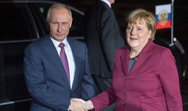 Путин поздравил Меркель сНовым годом иРождеством