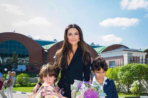 Зара отправила сына в первый класс с опозданием — Рамблер/новости