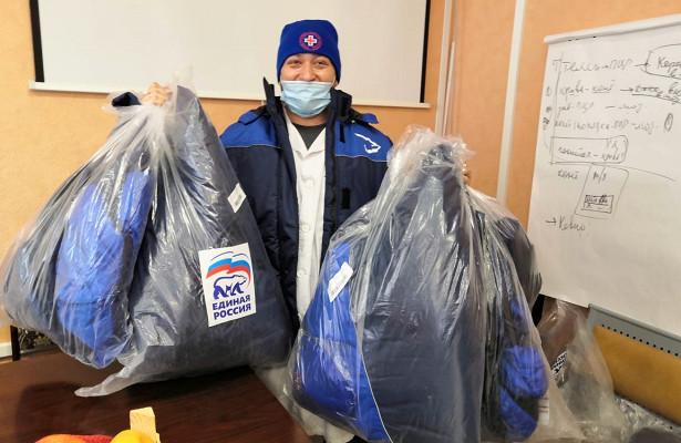 Единороссы поддержали сотрудников Владивостокской поликлиники №1теплыми куртками ишапками