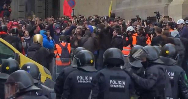 Митинг вподдержу осужденного рэпера вБарселоне перерос вмассовые беспорядки