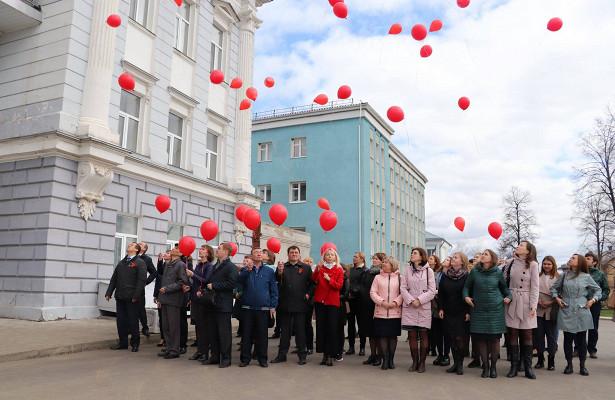 Впамять оПобеде жители Сарапула выпустили внебо красные шары