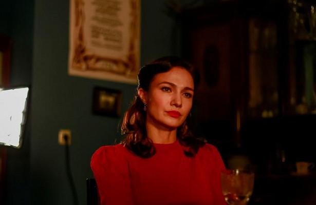 Красивые вопреки обстоятельствам: историк моды оценила образы Тарасовой, Брик идругих актрис сериала «Бомба»