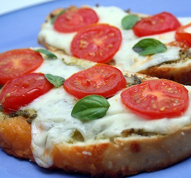 Рецепт Горячие бутерброды сбрынзой, помидорами изеленью