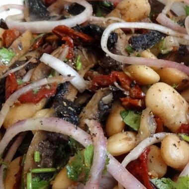 Рецепт Салат избелой фасоли, портобелло гриль ивяленых помидоров