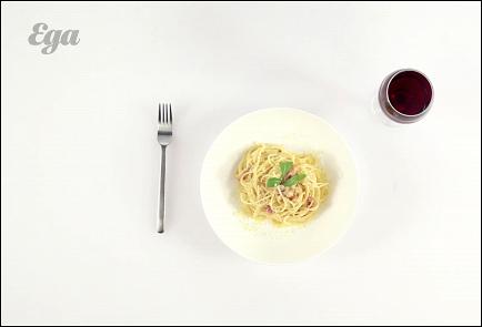 Фото приготовления рецепта: Спагетти карбонара с красным луком - шаг 4